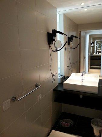 Hôtel Mercure Villefranche en Beaujolais Ici & La : La salle de bain