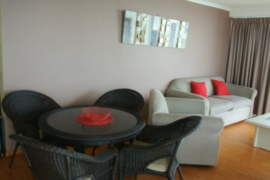 Surfers Beachside Holiday Apartments: Apt 1101 - family area/dining