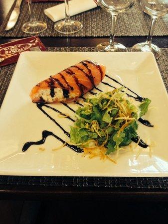Bistrot du Boucher: Maki de saumon irlandais fumé au bois de chêne , bouquet de salade aux pétale dorés