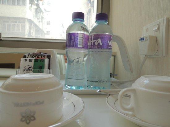 Pop Hotel: 無料の水のペットボトルがあって嬉しい