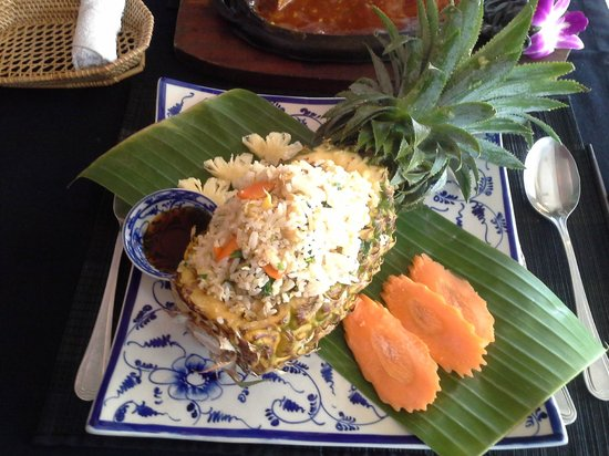 Champey Restaurant: Beautifully decorated pineapple fried rice