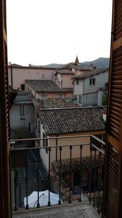 Cantina dell'Arte: Panorama dei tetti di Ascoli dalla finestra della camera.