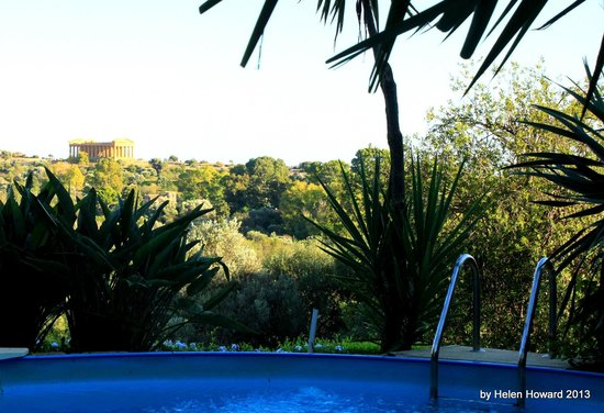 B&B Villa San Marco: Pool view with temple in background