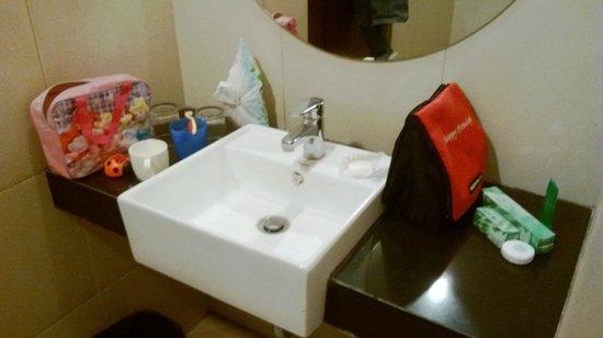 Lorin Sentul: kamar mandi yang sempit & licin