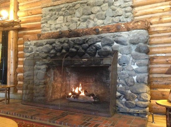 Lake Lodge Cabins: Fireplace