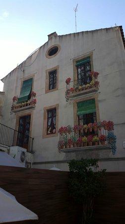 Catalonia Portal de l'Angel: Inner yard art