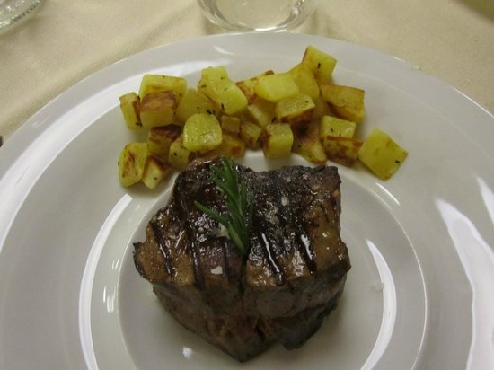 Magione Papale: Filetto con patate al forno
