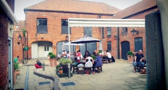 The Globe Inn Restaurant: The Globe yard