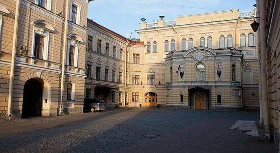 Hostel Bakst at Bolshaya Konyushennaya: выход из отеля на главные достопримечательности Санкт-Петербурга