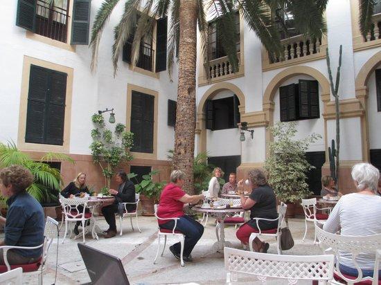 Hotel Born: Breakfast court