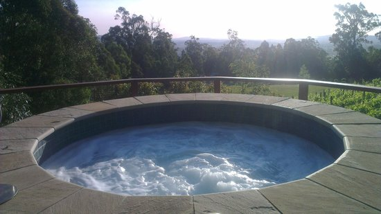 Wallaby Ridge Retreat : Spa and view