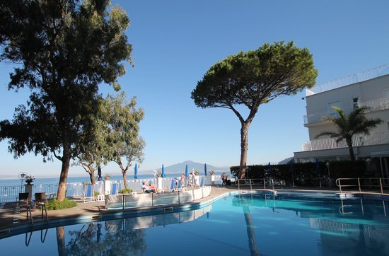 Grand Hotel Riviera : Pool With Vesuvius