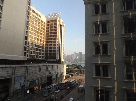 The Kowloon Hotel : Ausblick aus dem Zimmer auf Nathan Rd u. HK Island