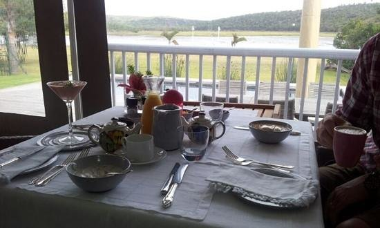 Kowie River Guest House: breakfast on the terrace with the homemade smoothies by Dale