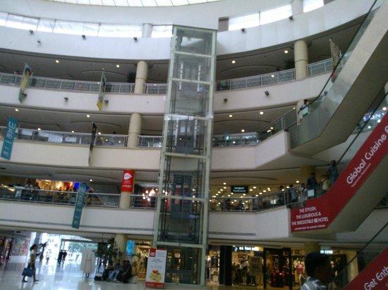 Express Avenue Mall: A closer view of the interior -EA