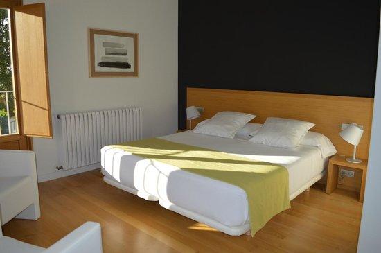 Hotel Rural Torre de Uriz: Habitación número 2. Estupenda: amplia y luminosa