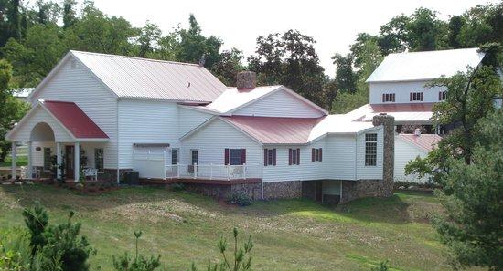 Pleasant View Farm Bed and Breakfast Inn: The farmhouse