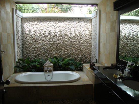 Heliconia Villas: Open air bath