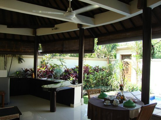 Heliconia Villas: Kitchen and outdoor seating area