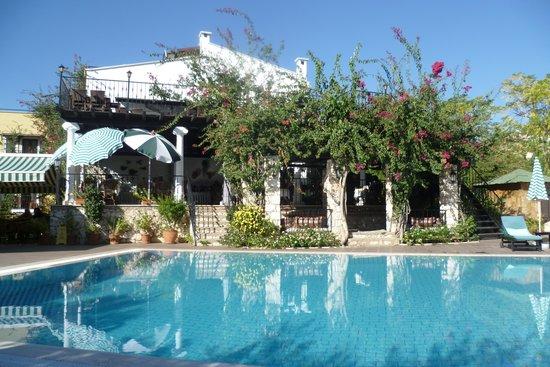 Meldi Hotel : Good sized pool in lovely setting