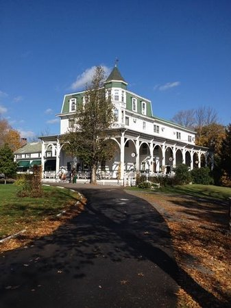 Bavarian Manor Country Inn & Restaurant: The Inn from the driveway