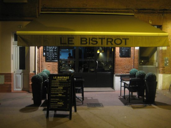 Le Bistrot: An evening view from the Place