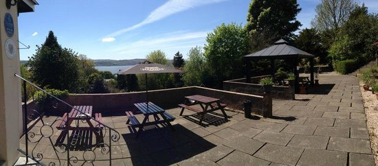 Kilcreggan Hotel: Outside dining and drinking area