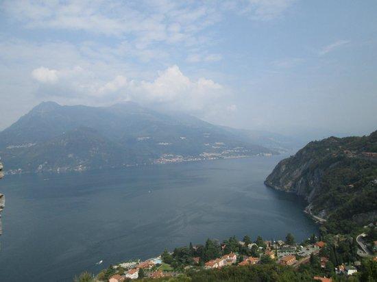 Castello di Vezio : вид на озеро Комо от замка Вецио