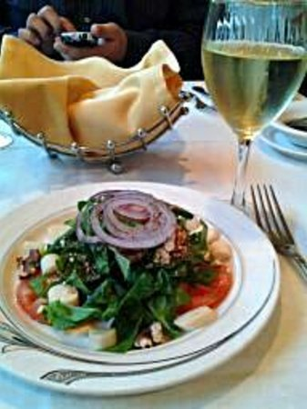 Gennaro's Grill & Garden: Warm bread, spinach salad and a pinot grigio