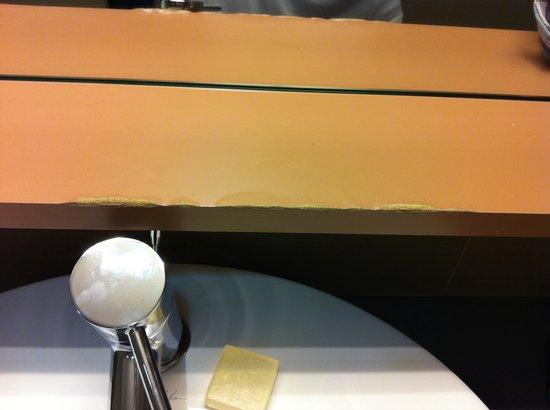 Sercotel JC1 Hotel: Encimera sobre lavabo rota