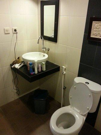Puri Chorus Hotel: Toilet and wash basin