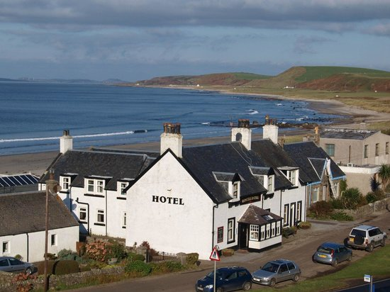 Argyll Hotel Beachside Restaurant : The hotel nestling in Bellochantuy Bay