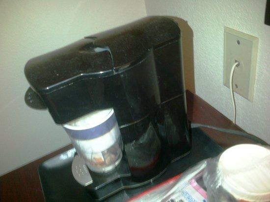 Baymont Inn & Suites Delaware : Layer of dust on coffeemaker