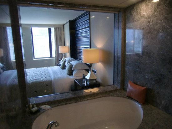 Mandarin Oriental Jakarta: View of the bedroom from bathtub