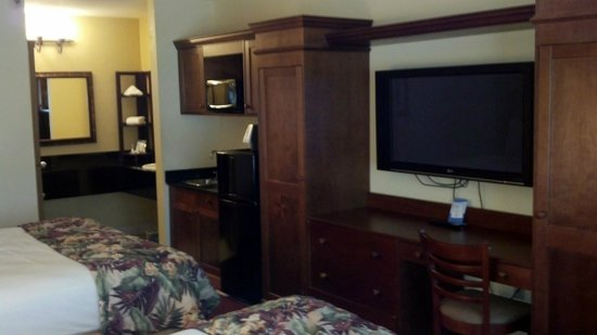 Baymont Inn & Suites Celebration: Nice closet/TV/wet bar set-up