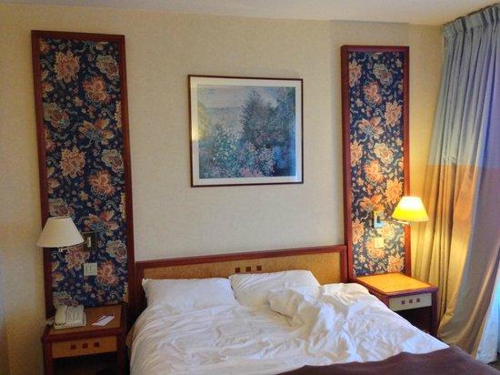 Hôtel Mercure Paris Orly Rungis : Tête de lit ancienne