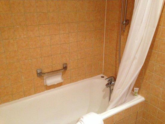Hôtel Mercure Paris Orly Rungis : Salle de bain hors d'âge