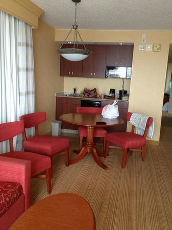 Courtyard by Marriott Virginia Beach Oceanfront / N 37th St: Roomy dining area w/adjoining kitchenette