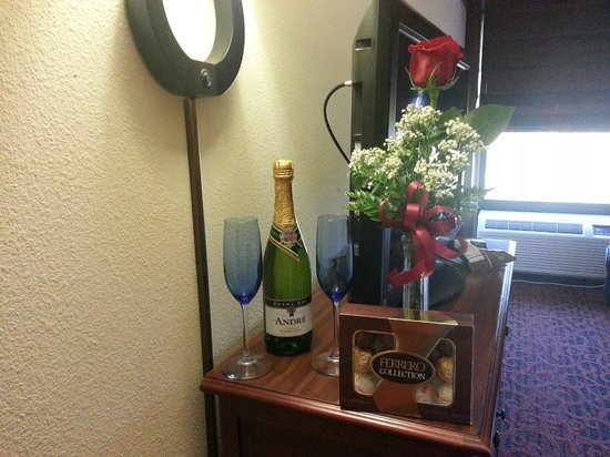 Hampton Inn Grand Rapids-North: Our anniversary gift from the staff