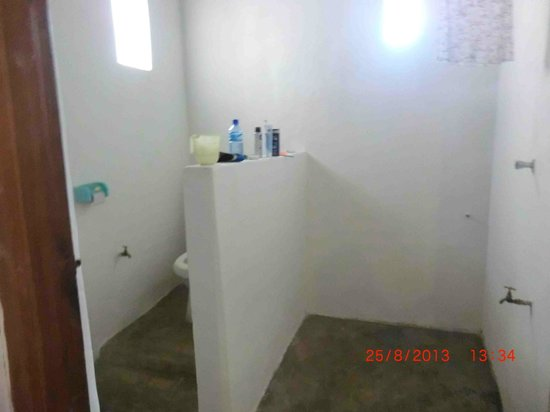 Nyuma Gereza Hotel: The bathroom