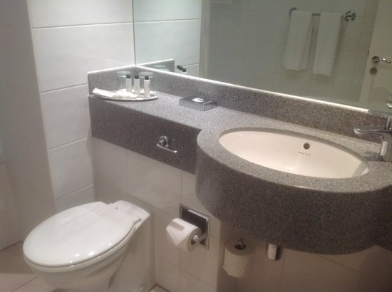 Manchester Airport Marriott Hotel : Bathroom vanity