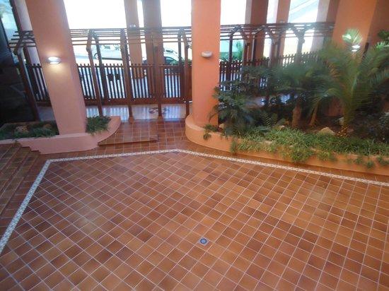 Apartamentos Turisticos Don Juan: Entrada vista desde dentro