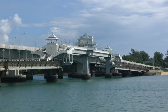 Thanoon Seafood: Sarasin Bridge