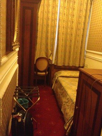 Champagne Garden Hotel: Quarto Minúsculo do tipo pensão e não 4 estrelas