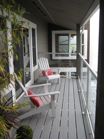 A Lighthouse on Hammersley Bed and Breakfast: 2nd Floor balcony looking over the water