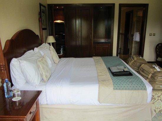 Fairmont Mount Kenya Safari Club: king bed and wardrobe