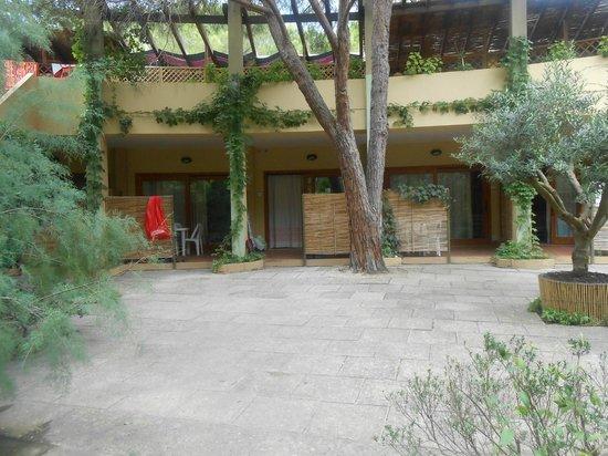 Residence Abbaechelu: Disposizione delle stanze con cortiletto davanti.