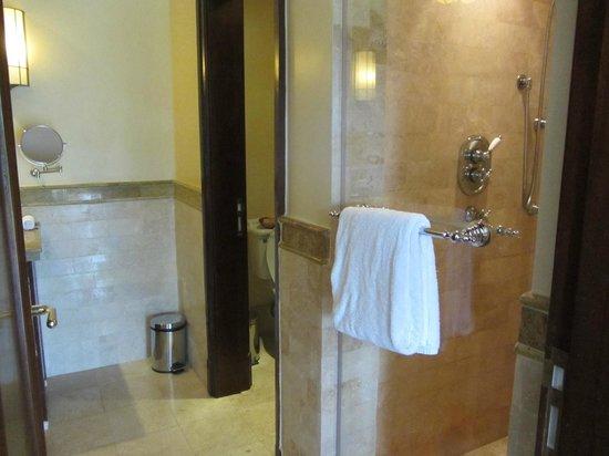 Fairmont Mount Kenya Safari Club: seperate marble shower area