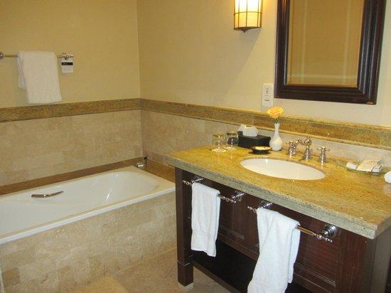 Fairmont Mount Kenya Safari Club: bath area