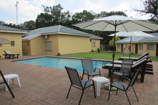 Casa Mia Lodge & Restaurant: View across the pool